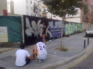 El dueño de un solar permite a un grupo de graffiti decorarlo
