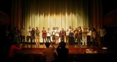 """Actores ocupan el escenario del Talia para rechazar la """"pésima gestión"""" de los espacios públicos"""