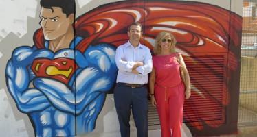 Iberdrola y el ayuntamiento de Puçol visitan los grafitis realizados en los centros de transformación