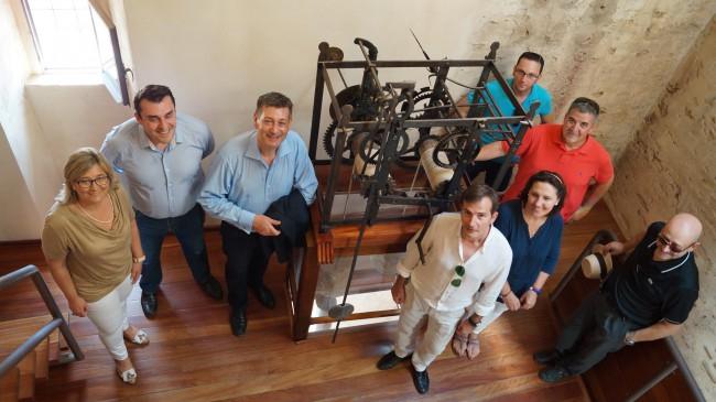 Foto desde el interior del Castillo de Cofrentes con los diputados y el equipo de gobierno local