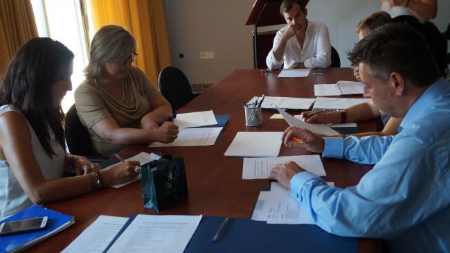 La alcaldesa Vanesa López con Mamen Peris y José Enrique Aguar se reúnen el ayuntamiento de Caudete de las Fuentes.