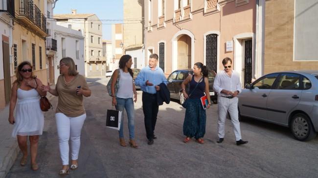 Los diputados provinciales con el equipo de gobierno de Caudete de las Fuentes.