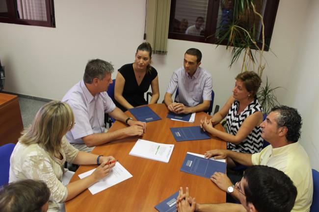 Diputados reunidos con el equipo de gobierno