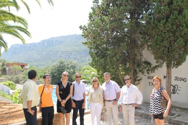 Diputados y equipo de gobierno en la Piscina Municipal