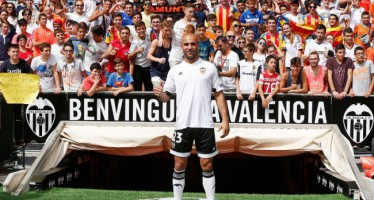 Mestalla recibe a Abdennour en su presentación oficial como jugador valencianista