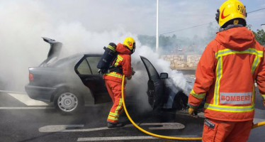 Incendio de un vehículo en Ribarroja