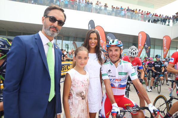Las Falleras Mayores de Valencia estuvieron dando ánimo a los ciclistas antes de la salida.