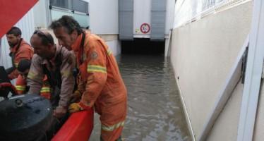 Las brigadas de emergencia y bomberos a destajo en Gandia tras las fuertes lluvias