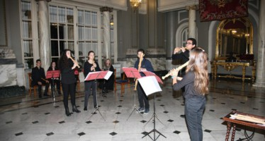El conjunto musical de estudiantes de flauta de pico Fairy Queen and Friends ha actuado en el Ayuntamiento
