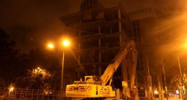 El edificio del Ayuntamiento en la avenida de Aragón ya ha comenzado a ser derribado