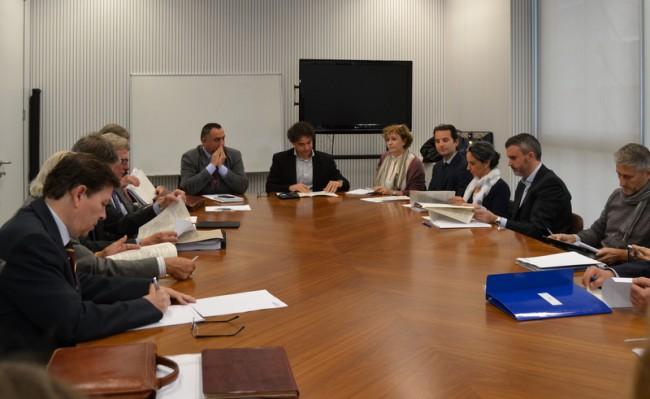 Colomer, presidiendo una reunión de la AVT sobre La Ruta de la Seda