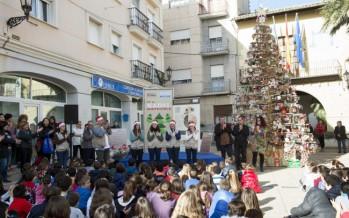 Más de mil residuos reutilizados adornan el árbol de Navidad de L'Olleria