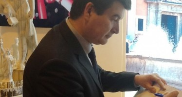 Fernando Giner firma en Fitur para que las Fallas sean Patrimonio Inmaterial de la Humanidad por la UNESCO