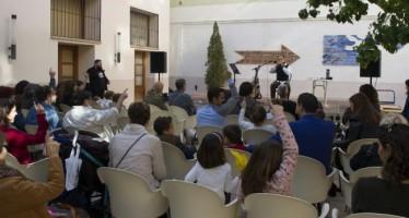 L'Espai Cultural de Les Aules se llena de música en valenciano, collages e improvisación teatral