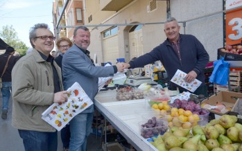 El Ayuntamiento de Sagunto reparte bolsas de la compra en valencià en los mercados de la ciudad