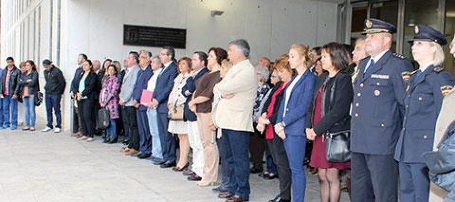Minuto de silencio contra la violencia machista a las puertas del Ayuntamiento de Benidorm
