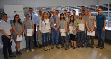 Briones entrega los certificados de profesionalidad a los alumnos de Schneider