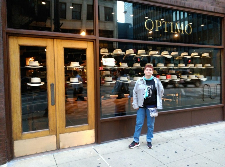 Pura no pudo resistir retratarse ante el escaparate con los típicos sombreros.