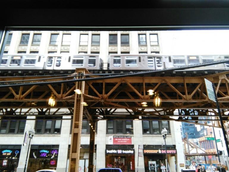 Las inconfundibles macroestructuras del metro elevado, The Loop, sobre las calles del centro de Chicago.