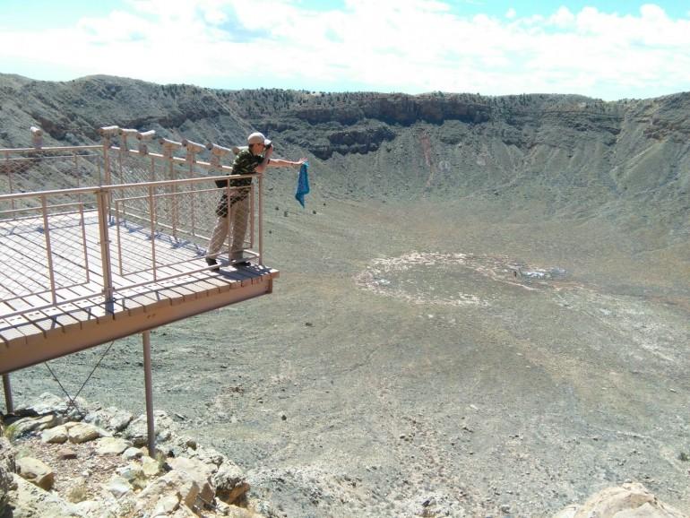 Carol se asoma por el mirador desde el que se puede contemplar el cráter en toda su extensión.