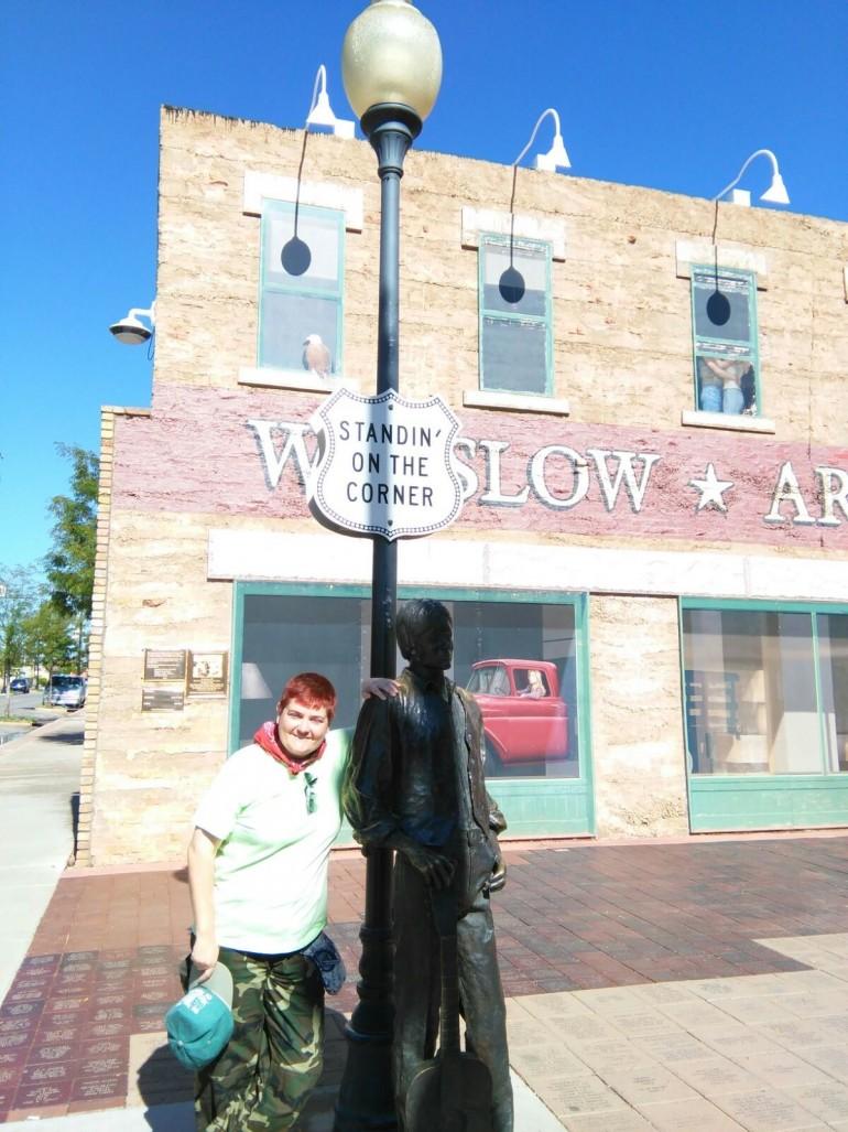 Pura, junto a la escultura que recuerda el verso de la canción Take it easy de Jackson Browne que nombra a Winslow.