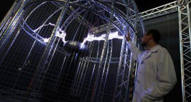 La Bobina de Tesla provoca arcos eléctricos de más de un metro y 750.000 voltios