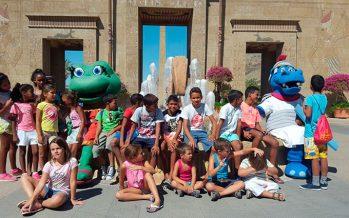 Niños saharauis disfrutan de un día de diversión en Terra Mítica