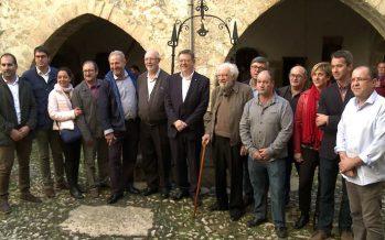 Puig homenajea a Ricardo Miravet tras la cesión del castillo de Todolella a sus vecinos
