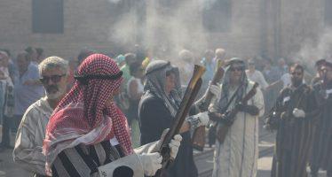 Alardo entre Moros i Cristians en la plaça de la Mare de Déu