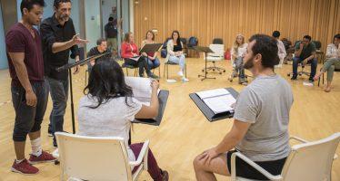 Nacho Fresneda imparte un taller de prosa a los artistas del Centre Plácido Domingo