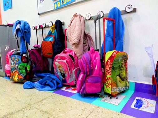 Mochilas y carritos en la escuela. Imagen: Wikipedia