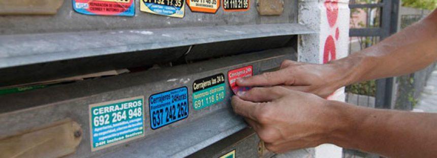 Cuidado con las pegatinas de cerrajeros: riesgo de estafas y robos