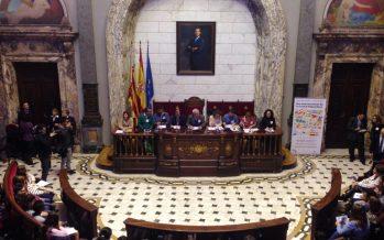 Niños y niñas de los colegios municipales toman el hemiciclo del Ayuntamiento de Valencia