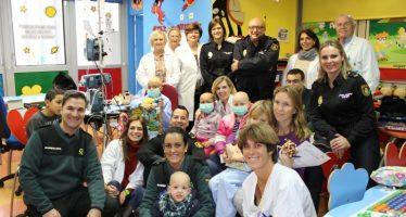 Agentes de la Guardia Civil y Policía Nacional y los jugadores de Valencia Basket visitan Pediatría de los hospitales valencianos