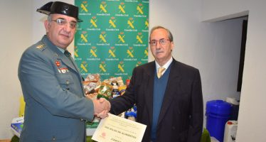 La Guardia Civil de Valencia entrega 500 kilos de alimentos a Cáritas