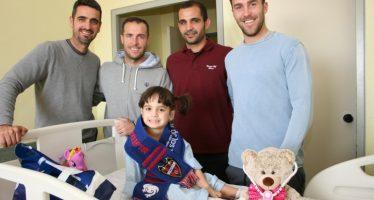 Futbolistas del Levante UD visitan Pediatría de los hospitales valencianos
