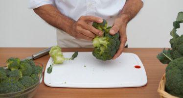Tres chefs valencianos se aúnan en un libro para enseñar a cocinar brócoli con sus recetas