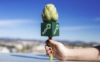 Locutores valencianos reciben un micrófono-alcachofa que homenajea su labor en las ondas
