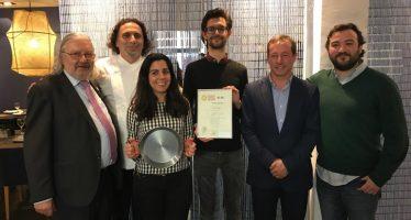 Michael Hall recibe el diploma al alumno número 5.000 de la escuela de arroces y paella valenciana