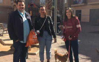 Ciudadanos Massanassa reparte entre los vecinos dispensadores de bolsas para sus mascotas
