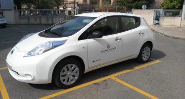 El Ayuntamiento recibe dos coches eléctricos de la contrata de limpieza de colegios