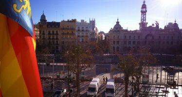 El balcón del Ayuntamiento de Valencia recibe a los primeros 16 vecinos en la mascletá