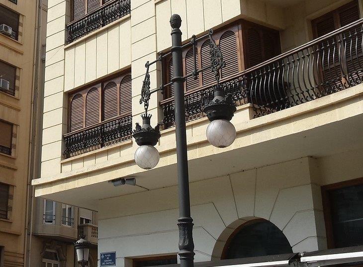 Una de las farolas modernistas de València.