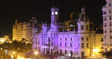 La façana de l'Ajuntament de València s'il·lumina de groc el Dia de l'espina bífida