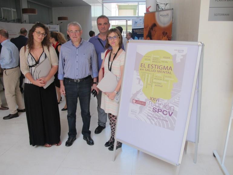 José Luis Chover, Gerente del Hospital de Sagunt y Llanos Conesa, Presidenta de la Sociedad de Psiquiatría de la CV junto a miembros de la junta.
