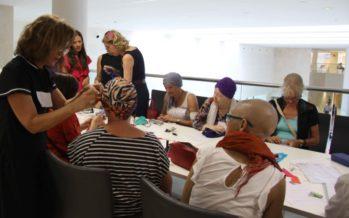 La Fe realiza un taller para aprender a hacer turbantes dirigido a pacientes de oncología
