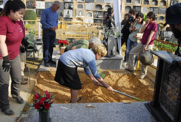 Exhumación de una de las fosas del cementerio de Paterna -la primera de las tres que se han abierto hasta la fecha- el pasado 18 de abril.