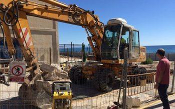 Comienzan las obras de reparación del socavón del Hotel de Arenales, en Elche