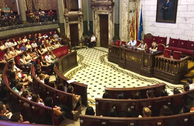 Los jóvenes que desde hoy trabajarán en el Ayuntamiento de València, después de haber sido seleccionados dentro de la iniciativa Anem! y del programa de Empleo Cualificado Juvenil (EMCUJU)