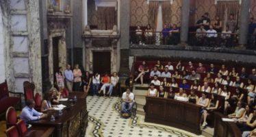 Sandra Gómez da la bienvenida a los casi 250 jóvenes que trabajarán un año en el Ayuntamiento de València